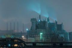 Часть большого нефтеперерабатывающего предприятия в туманном полнолунии Стоковое Изображение