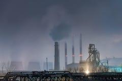 Часть большого нефтеперерабатывающего предприятия в туманном полнолунии Стоковое Фото