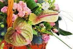 Часть букета цветка в плетеной корзине изолированной на белом ба Стоковое Изображение RF