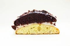 Часть булочки торта печенья, белых и коричневых какао покрыла с белым шоколадом Домодельная помадка испекла булочку с какао и wh Стоковое Изображение RF
