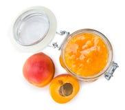 Часть варенья абрикоса изолированная на белизне Стоковое фото RF
