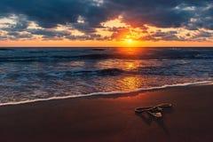 Часть веревочки рыбной ловли на пляже на изумительном красочном восходе солнца стоковые изображения