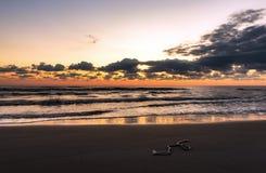 Часть веревочки рыбной ловли на пляже на изумительном красочном рассвете стоковые фото