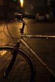Часть велосипеда на улице ночи ненастной в Остенде, Бельгии Стоковое Изображение RF