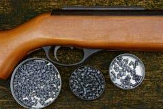 Часть винтовки с пуском и комплект пневматических пуль в коробках Стоковая Фотография
