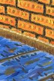 Часть внутренних, деревянных пола и кирпичной стены иллюстрация вектора