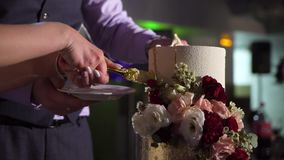 Часть вырезывания свадебного пирога акции видеоматериалы