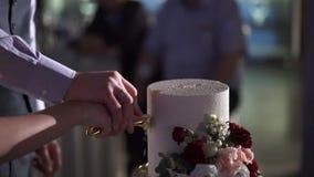 Часть вырезывания свадебного пирога видеоматериал