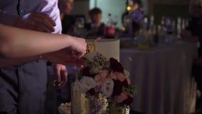 Часть вырезывания свадебного пирога сток-видео