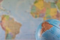 Часть глобуса с картой Индии с запачканной картой как предпосылка стоковая фотография rf