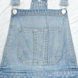 Часть голубого romper джинсовой ткани Конец-вверх деталей Стоковые Изображения