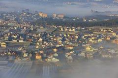 Часть города Dalat в тумане утра Стоковое Изображение