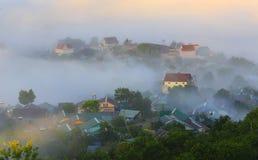 Часть города Dalat в тумане утра Стоковое Фото