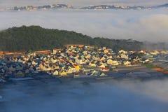 Часть города Dalat в тумане утра Стоковые Фотографии RF