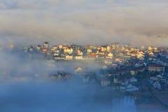 Часть города Dalat в тумане утра Стоковое Изображение RF