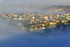 Часть города Dalat в тумане утра Стоковые Изображения RF