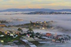 Часть города Dalat в тумане утра Стоковая Фотография RF