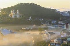 Часть города Dalat в тумане утра Стоковое фото RF