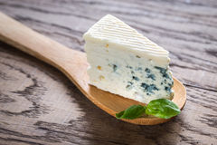 Часть голубого сыра на деревянной ложке стоковое фото rf