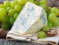 Часть голубого сыра с плодоовощами стоковая фотография
