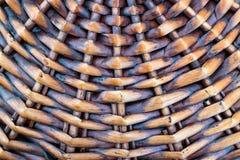 Часть дна плетеной корзины сделанной из деревянных штаног текстурированный коричневый цвет Стоковые Фото