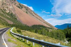 Часть дороги которая удлиняет за большой горой, республикой Altai, России стоковые изображения