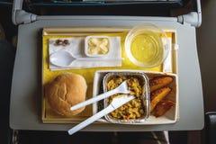 Часть еды для одного пассажира в картонной коробке на доске самолета Стоковые Изображения