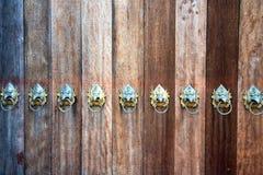 Часть деревянной двери с железным подклювьем Стоковое Фото