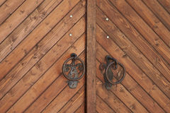 Часть деревянной двери с ручками металла Стоковые Фото