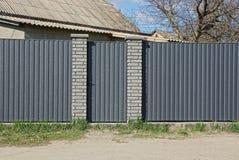 Часть железной серой загородки и закрытых дверей на улице Стоковые Изображения RF