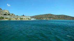 Часть загубленной крепостной стены на предпосылке моря и гор на острове Spinalonga Крит сток-видео