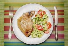 Часть зажаренного мяса с гарниром свежего овоща стоковое изображение rf