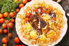 Часть зажаренных в духовке drumsticks цыпленк цыпленка с овощами в плите Стоковое Фото