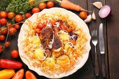 Часть зажаренных в духовке drumsticks цыпленк цыпленка с овощами в плите Стоковые Фото