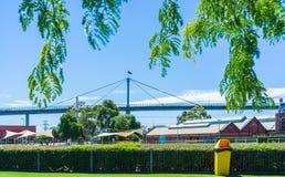 Часть западного моста строба с австралийским флагом на ярком солнечном da Стоковое Фото