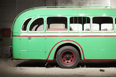 Часть зеленой старой ретро шины задняя дверь Стоковое Изображение