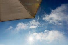 Часть зонтика пляжа с голубым небом и облаком Стоковые Фотографии RF