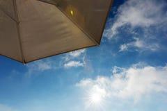 Часть зонтика пляжа с голубым небом и облаком Стоковое Фото