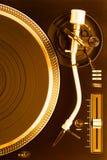 Часть золотого turntable dj с рукой тона, взгляд сверху Стоковая Фотография
