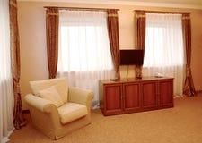 Часть интерьера гостиничного номера в коричневых тонах Современные классики стоковые фотографии rf
