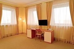 Часть интерьера гостиничного номера с столом Современные классики стоковые изображения rf