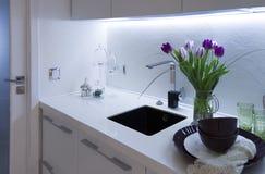 Часть интерьера кухни с тюльпанами Стоковое Изображение RF