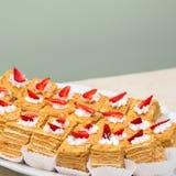 Часть испечет с клубниками и сливк Сладостная еда, десерт Стоковые Фотографии RF