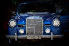 Часть лицевой части старого классического винтажного автомобиля стоя в темной предпосылке Стоковое Изображение
