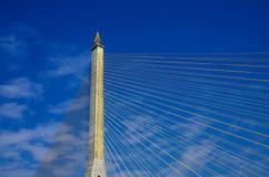 Часть кабеля осталась мостом на сини предпосылка неба. Стоковые Фотографии RF