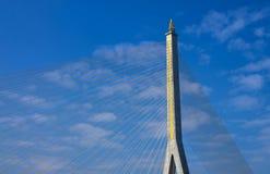 Часть кабеля осталась мостом на сини предпосылка неба. Стоковые Изображения