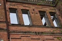 Часть кирпичной стены разрушенного дома Стоковое Изображение