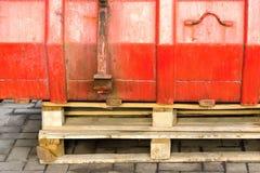 Часть контейнера от утюга для отброса на деревянном паллете Стоковая Фотография RF