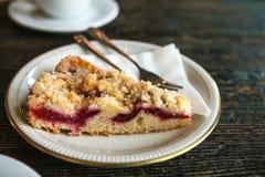 Часть конца-вверх сладостного пирога с вилкой десерта на плите на деревянной поверхности Стоковое Фото