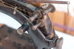 Часть конца-вверх старой швейной машины и деталь дальше регулируют поток стоковое изображение rf